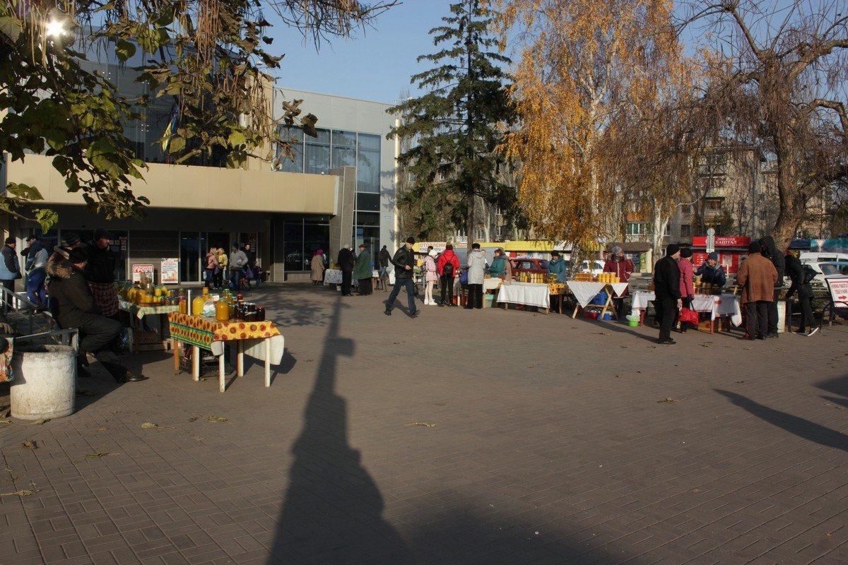 Медовая ярмарка на площади перед центральным универмагом
