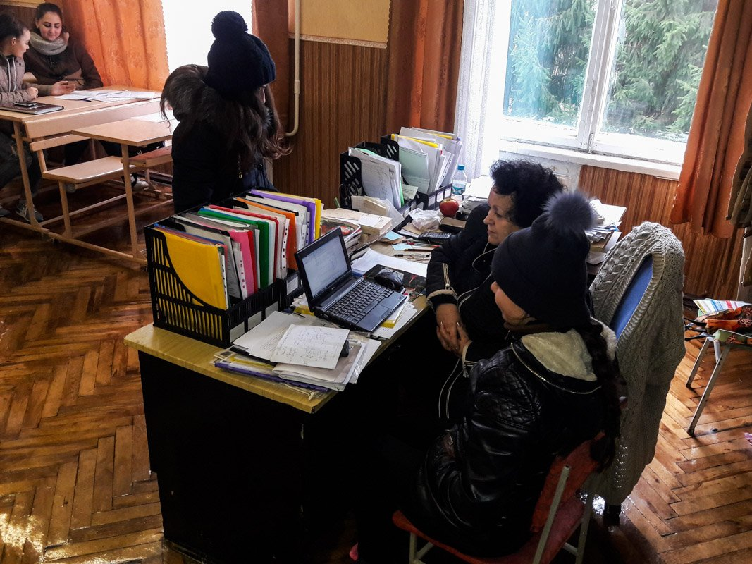Студенты сидят на парах в верхней одежде