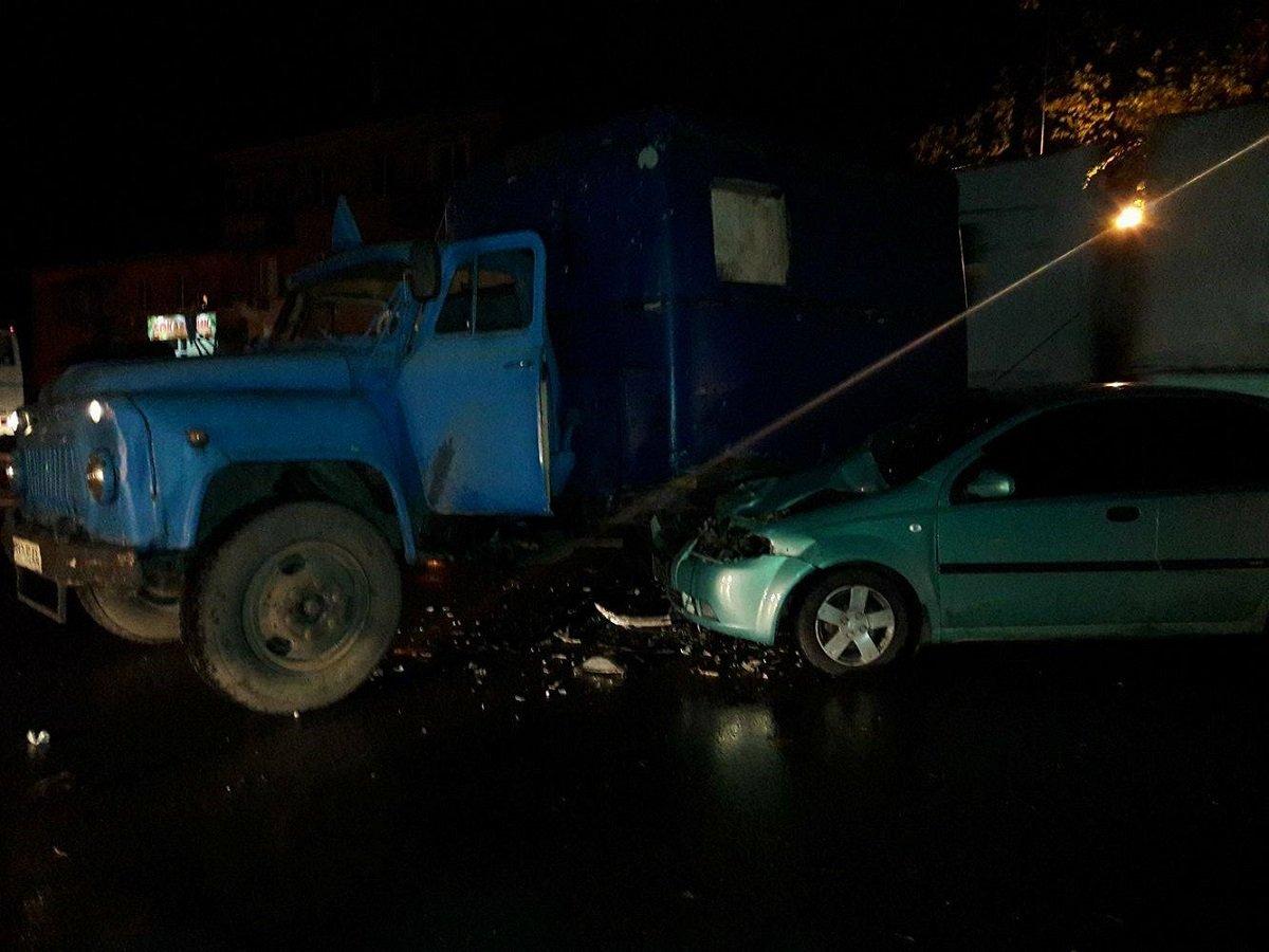 Столкнулись грузовик и легковой автомобиль