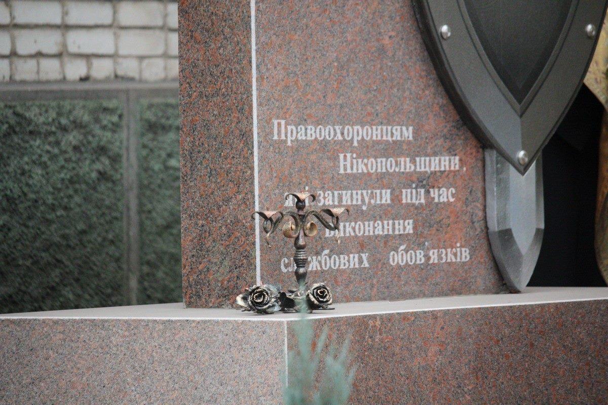 К памятнику возложили цветы