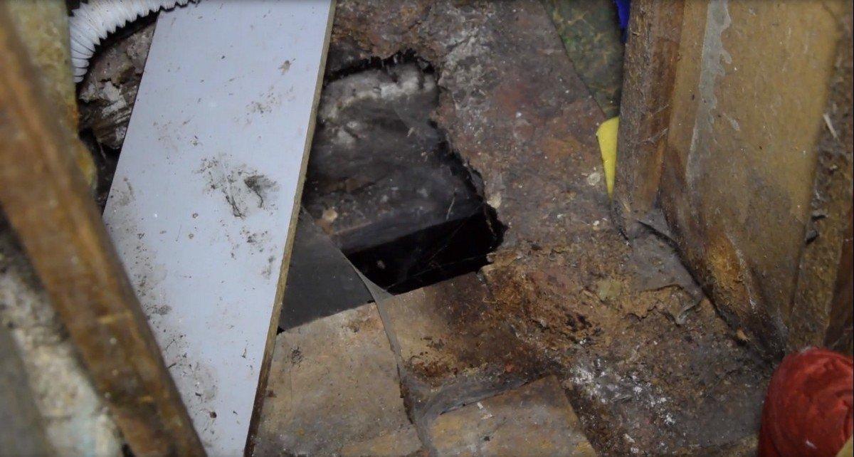 Дырка в полу ванной комнаты