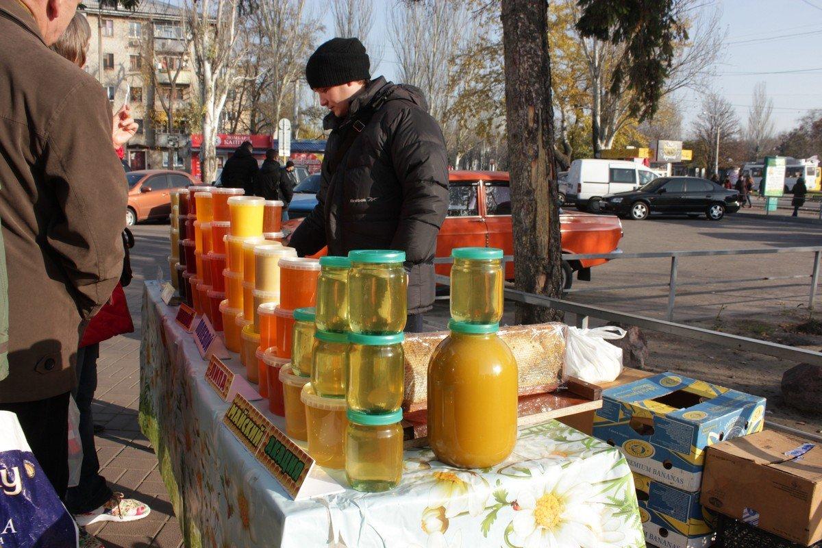 Пчеловод Славик Павленко проводит дегустацию