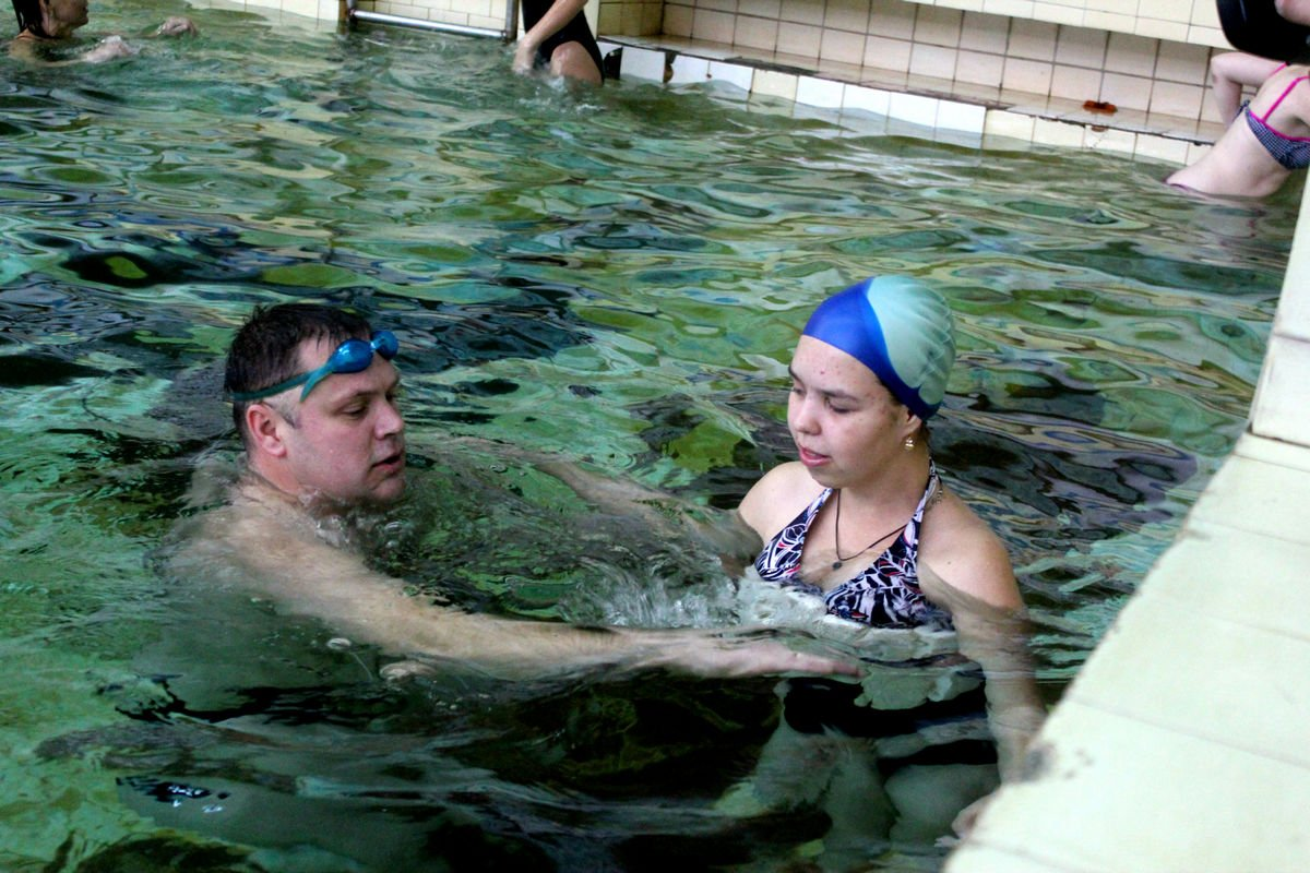 Антон Серов помогает адаптироваться девочке с диагнозом аутизм
