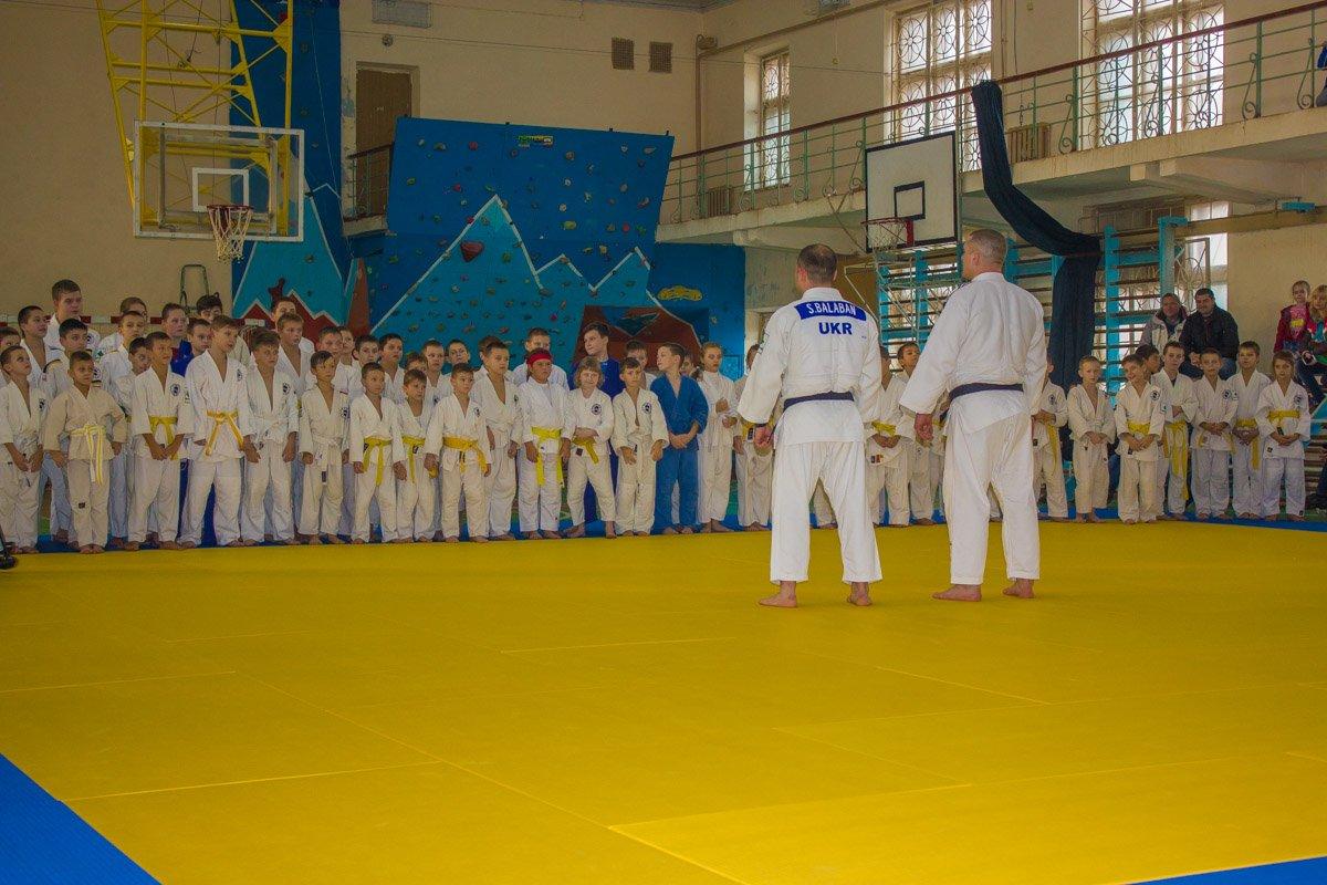 На мастер-класс собрались десятки юных спортсменов