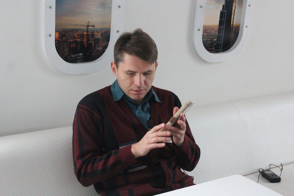 Александр показывает современный телефон для незрячих