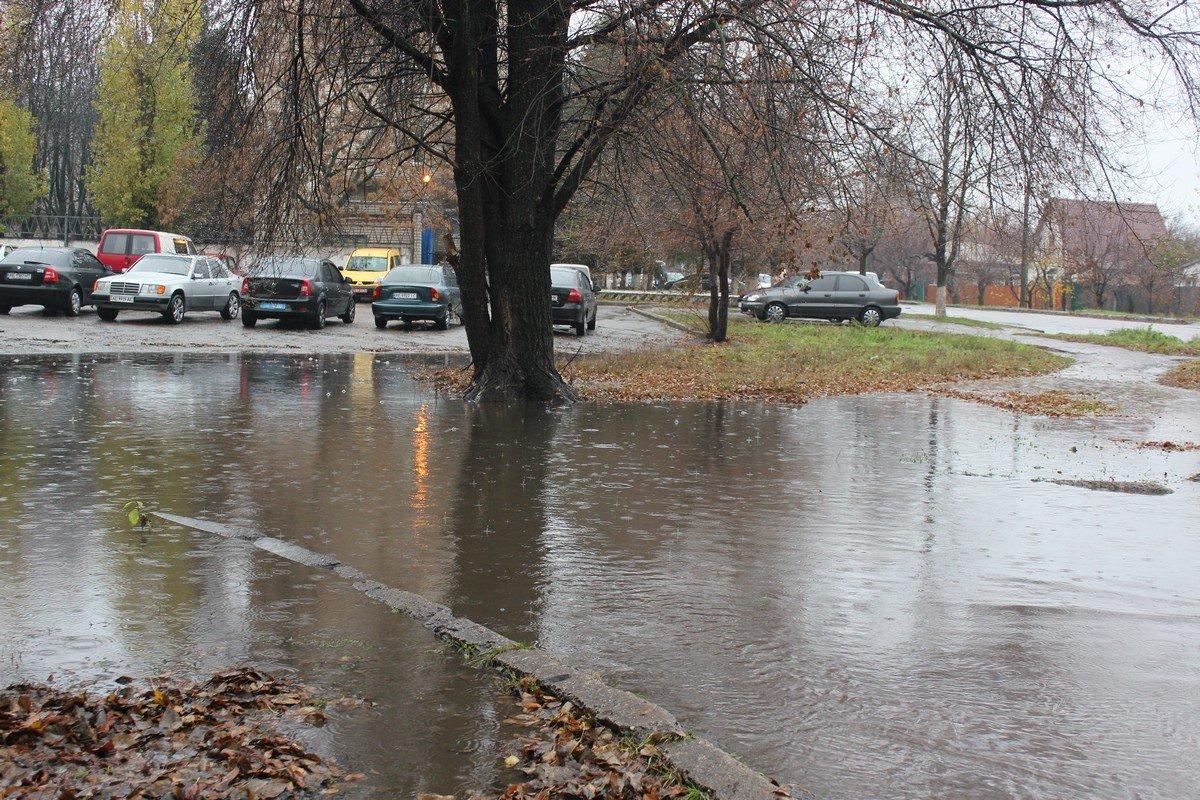 """Традиционный """"океан"""" возле городского отделения полиции. Тротуар утонул"""