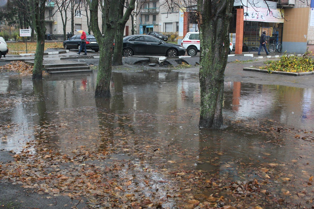 Район девятиэтажек по улице Пилипа Орлика. Пешеходная зона погрузилась в пучину дождевой воды