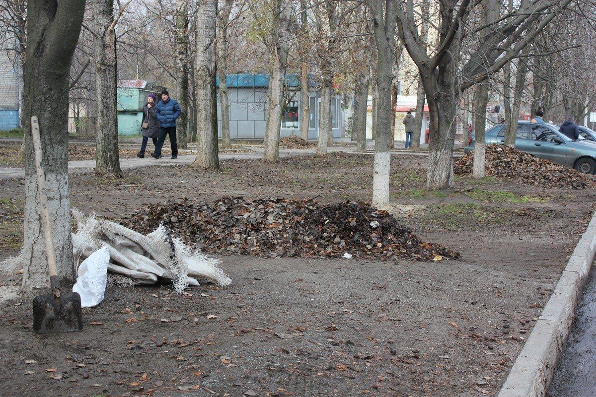 Уборка опавшей листвы по улице Шевченко