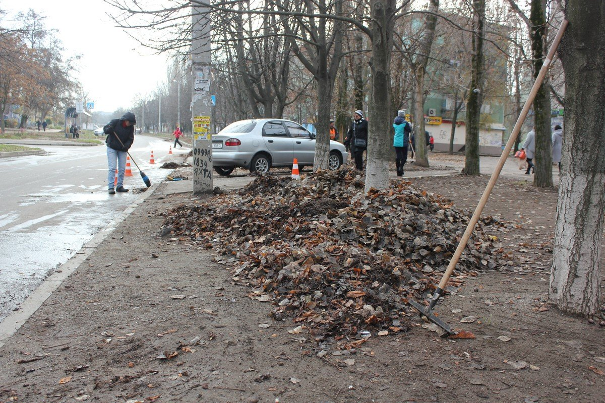 """Уборка участка вдоль дороги в районе """"Кристалла"""""""