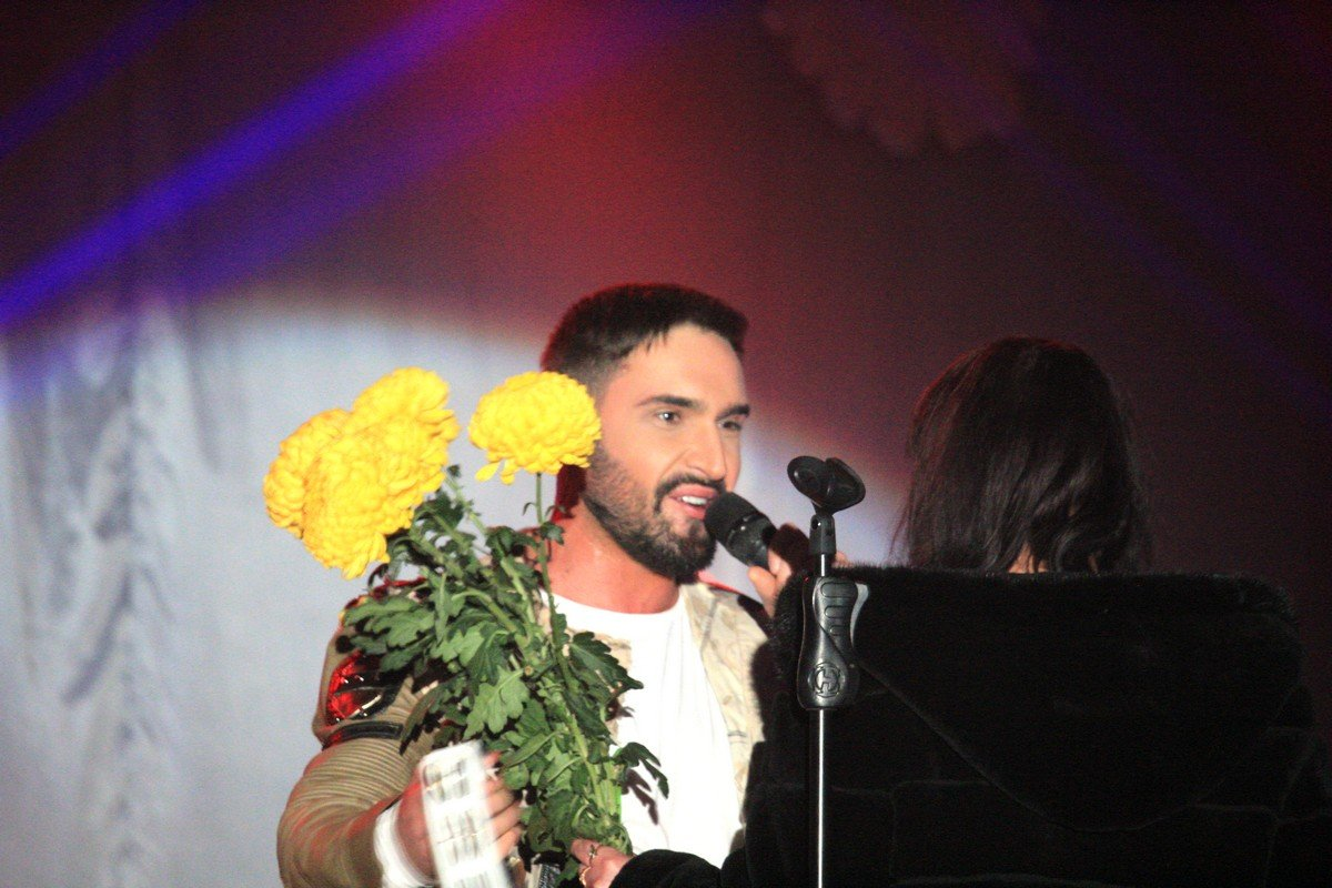 Фанатки дарили Козловскому цветы