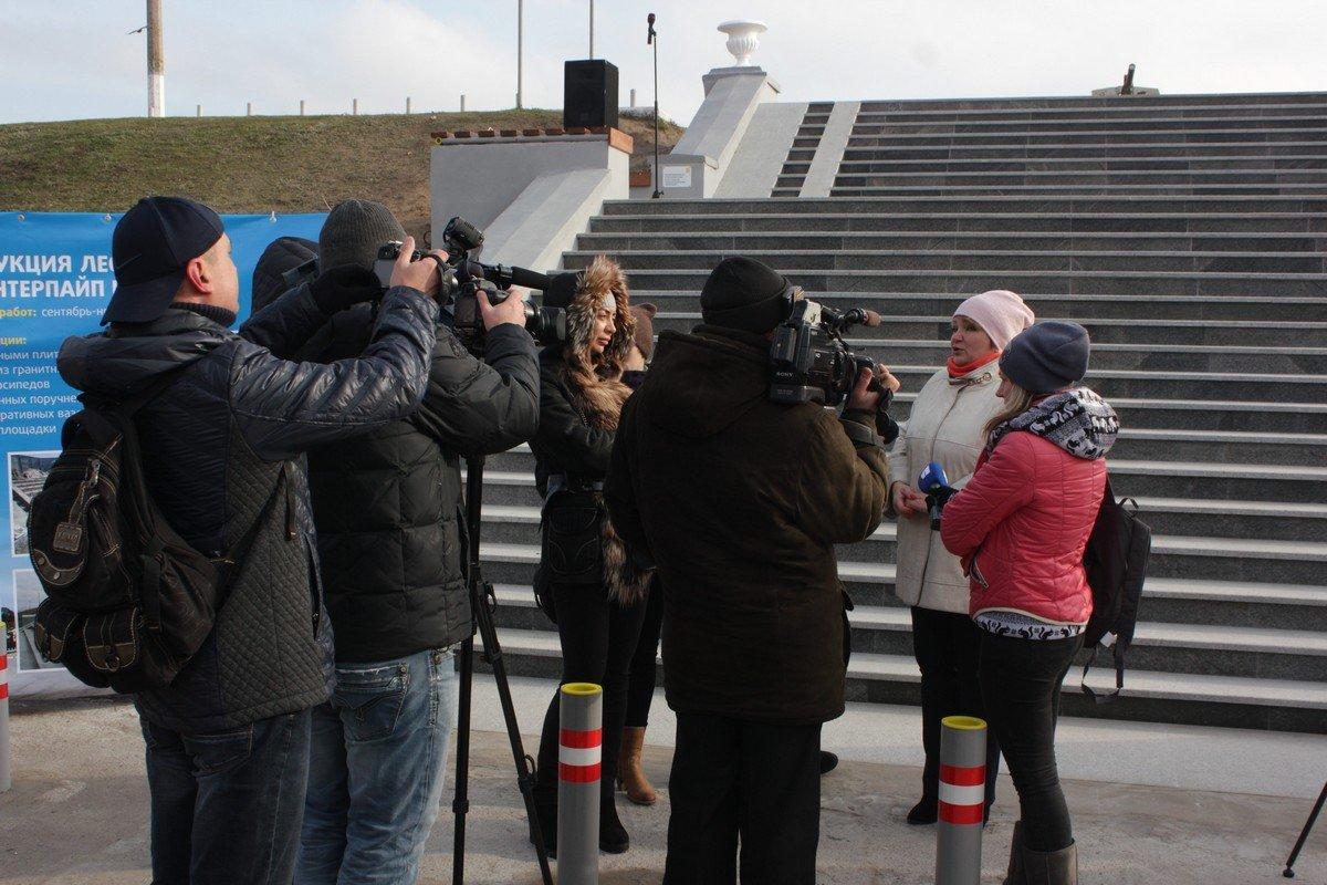Заместитель мэра Ольга Коник общается с прессой