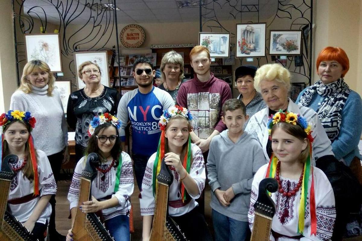 С торжественным открытием ярмарки поздравить приехали коллектив школы искусств и городского лицея.