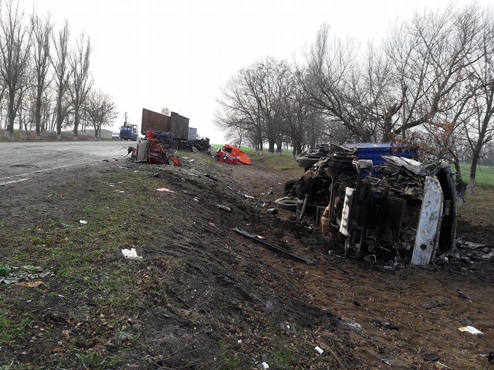 Обломки машин оказались разбросаны по дороге