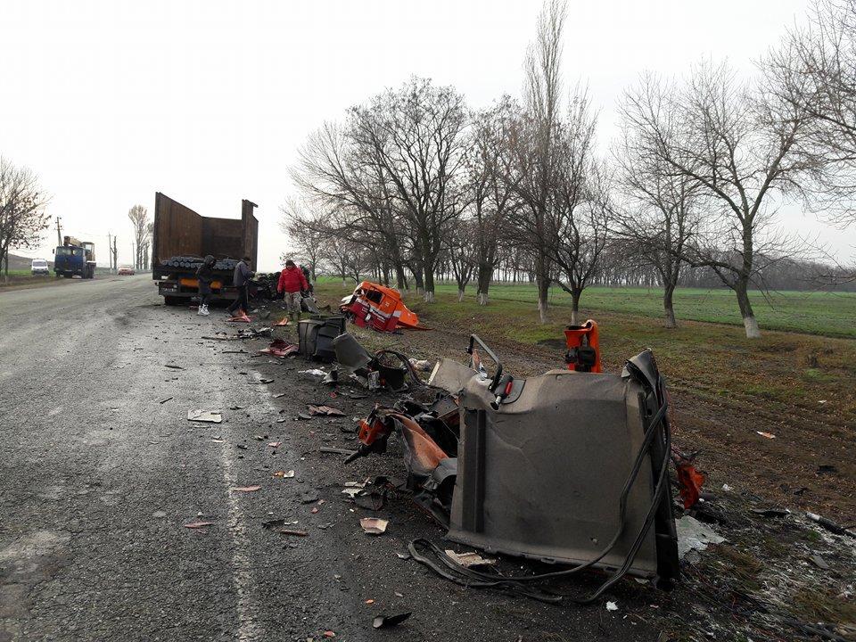 Остатки машины разбросаны по дороге