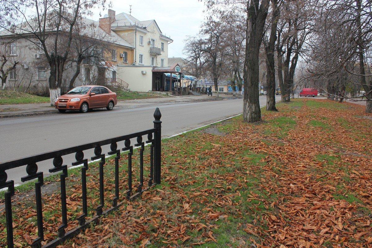 Вандалы украли часть забора в центральной части города