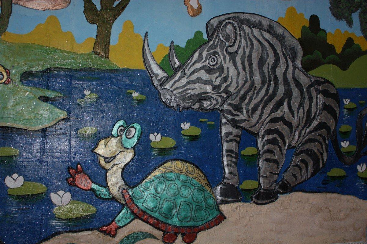 На стенах изображены мультипликационные и сказочные герои