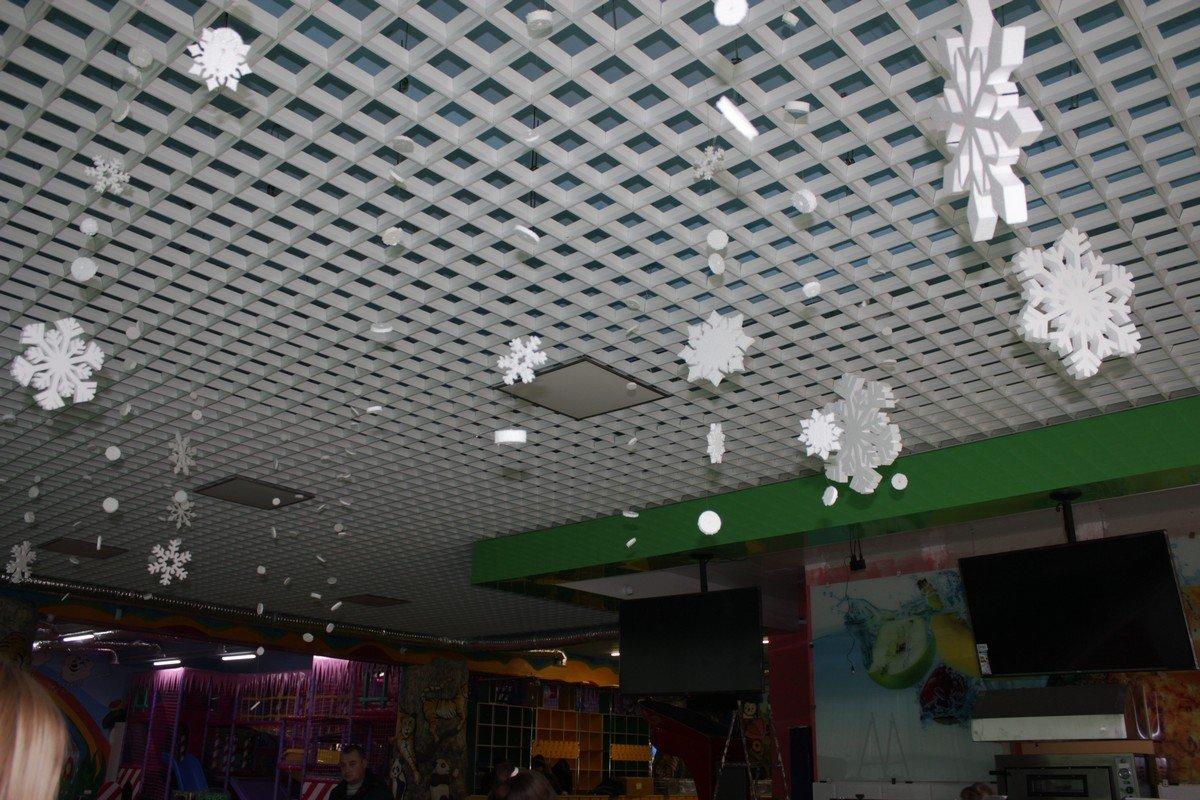 Зал украшают новогодней атрибутикой