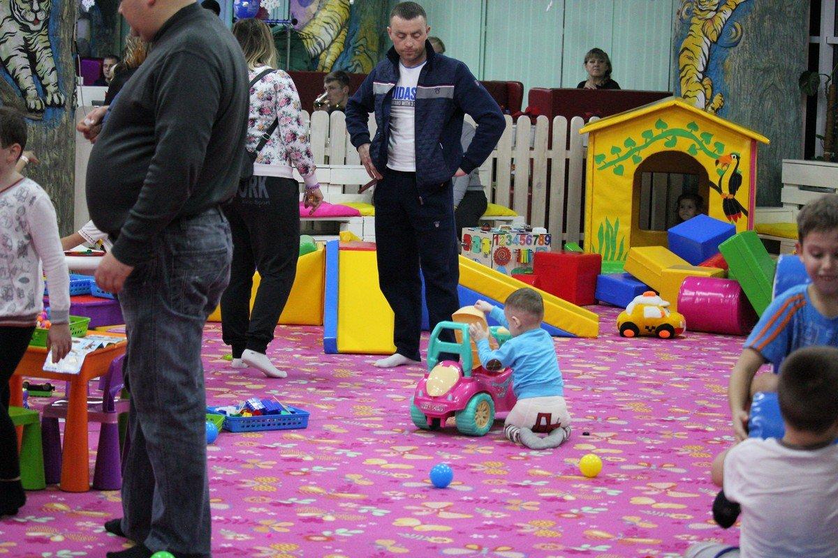 Родителям разрешают присутствовать в игровой зоне