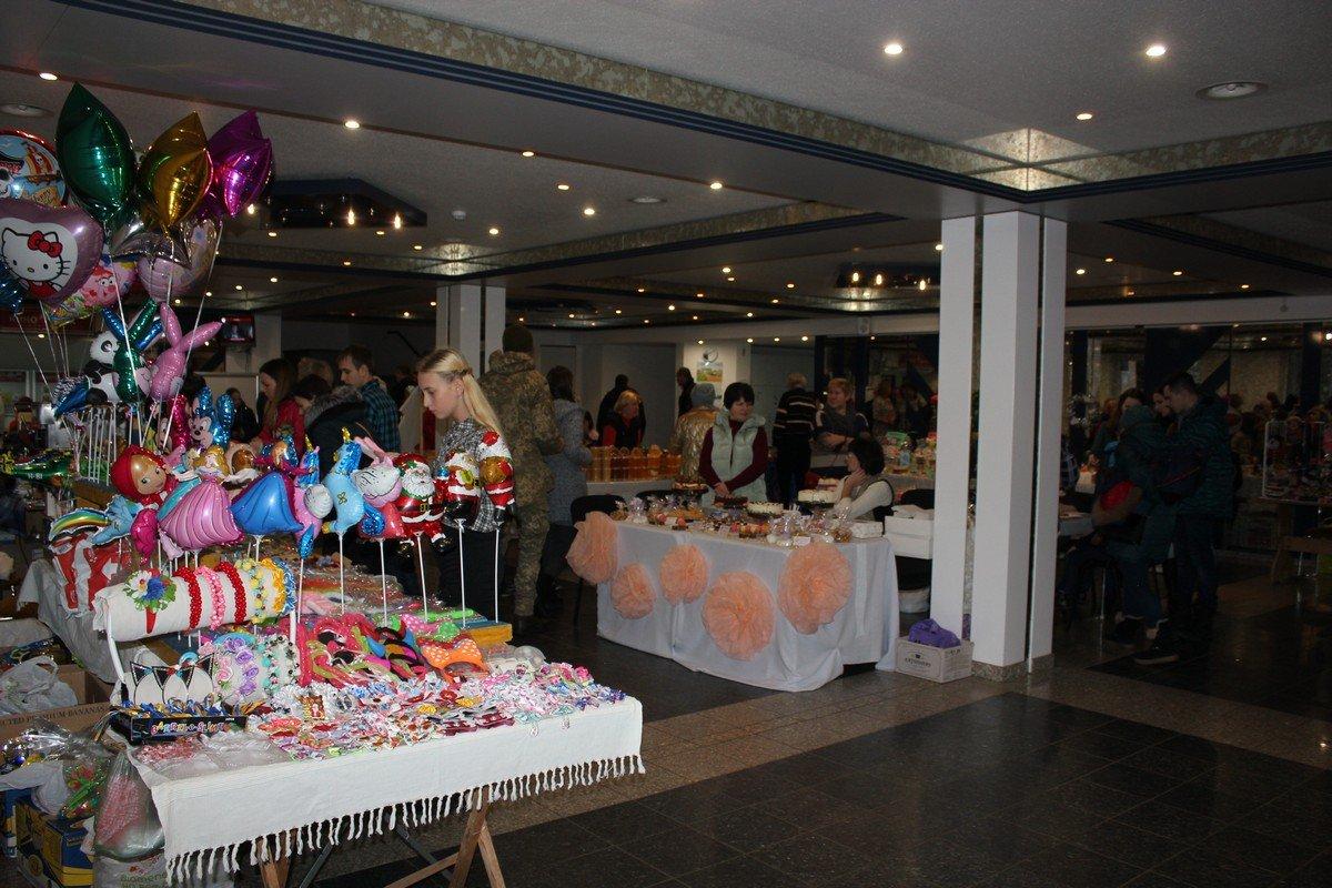 В холле КСК НЗФ много посетителей и участников фестиваля