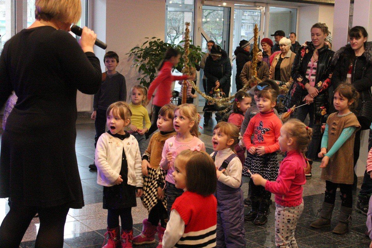 Малыши танцуют, смеются и получают призы