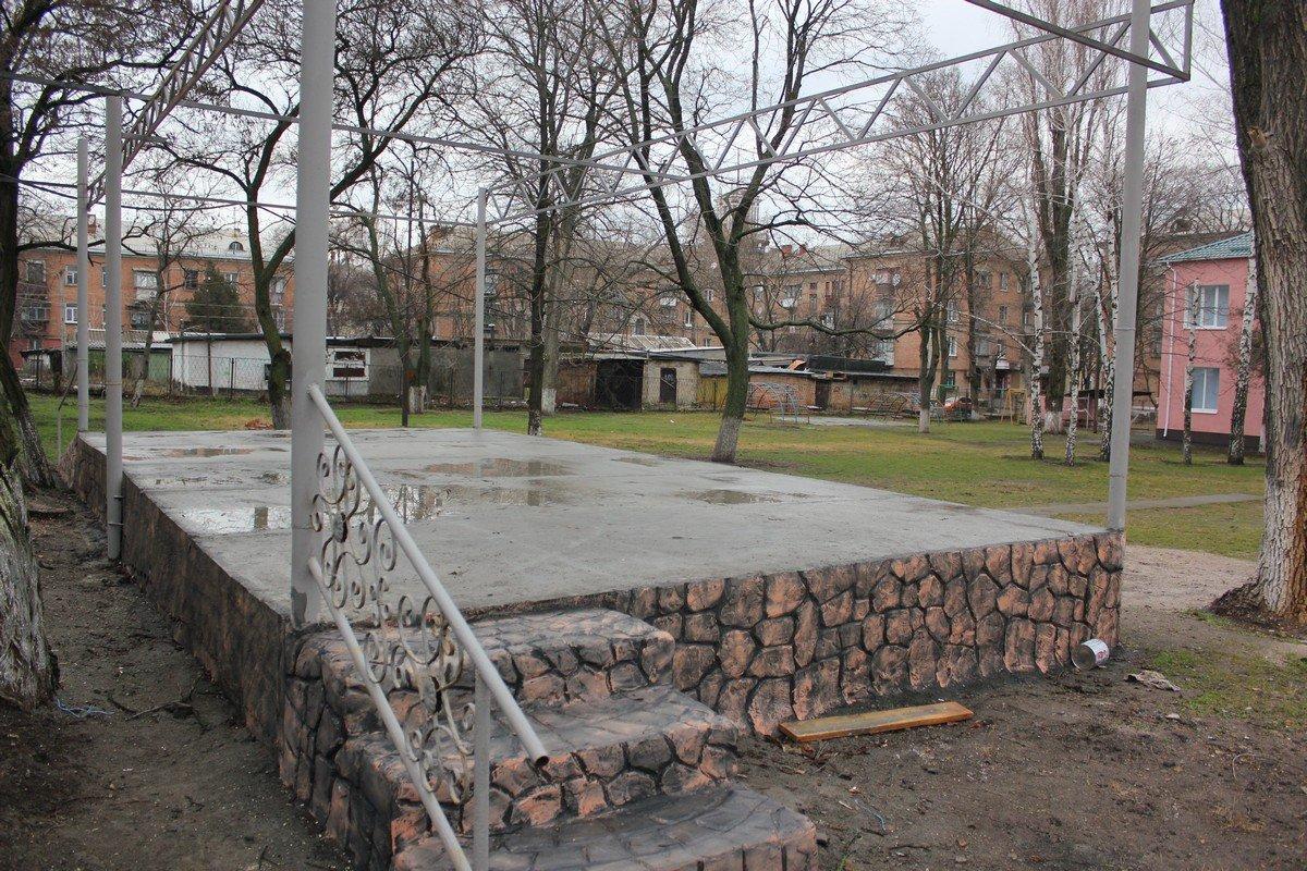 Во дворе школы искусств просторно, места хватить всем зрителям
