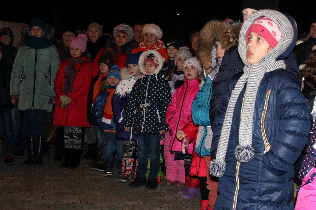 Дети с интересом смотрели спектакль