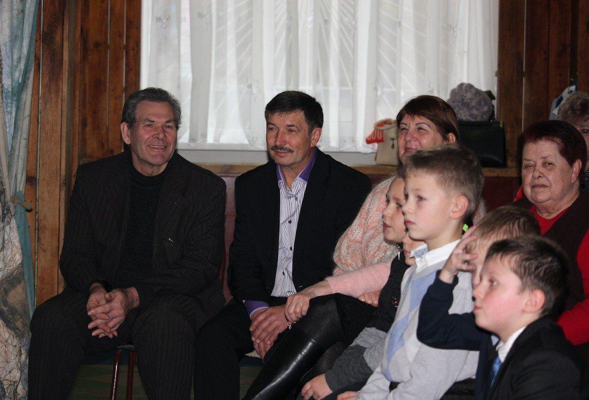 Слева - пчеловод Константин Павленко