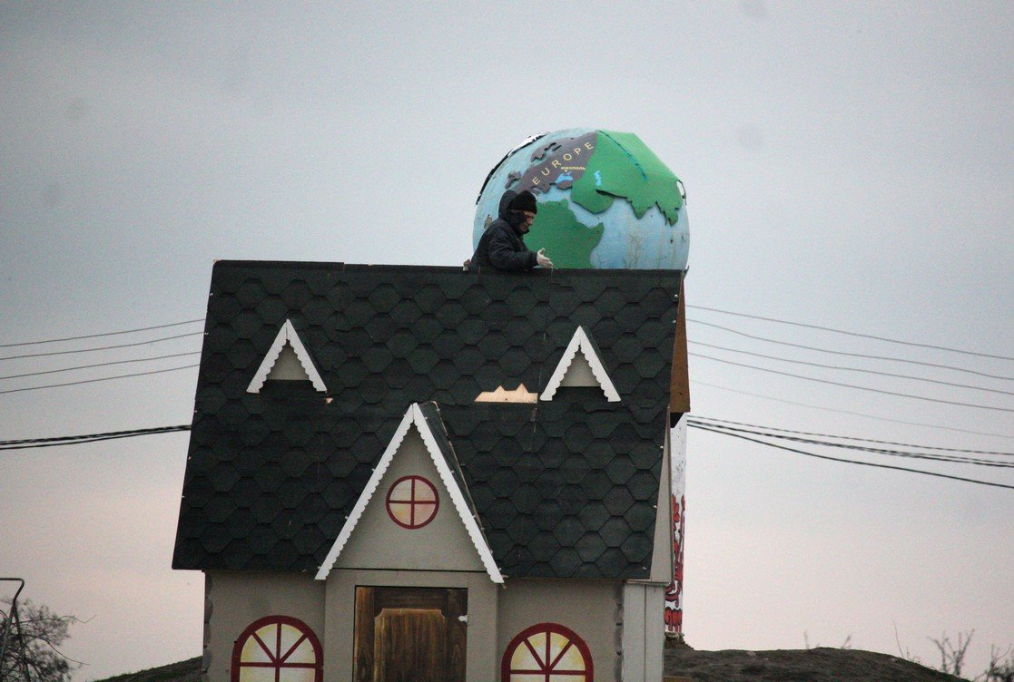 На крыше дома
