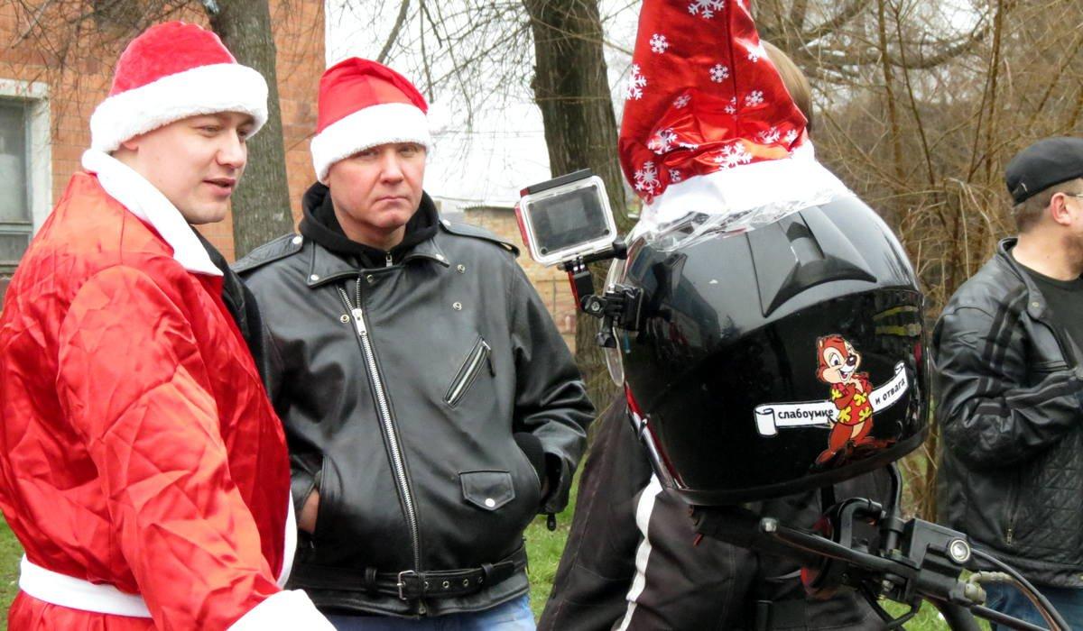 Байкеры вновогодних костюмах проехались по центру города
