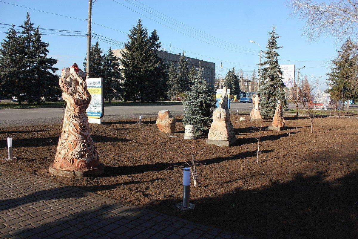 Установили глиняные скульптуры и новые фонари