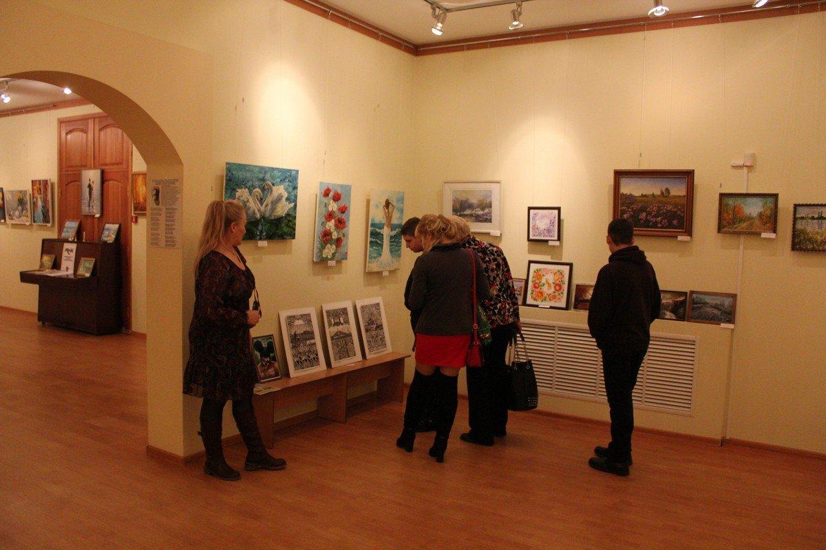 Посетители выставки с интересом знакомятся с работами местных художников