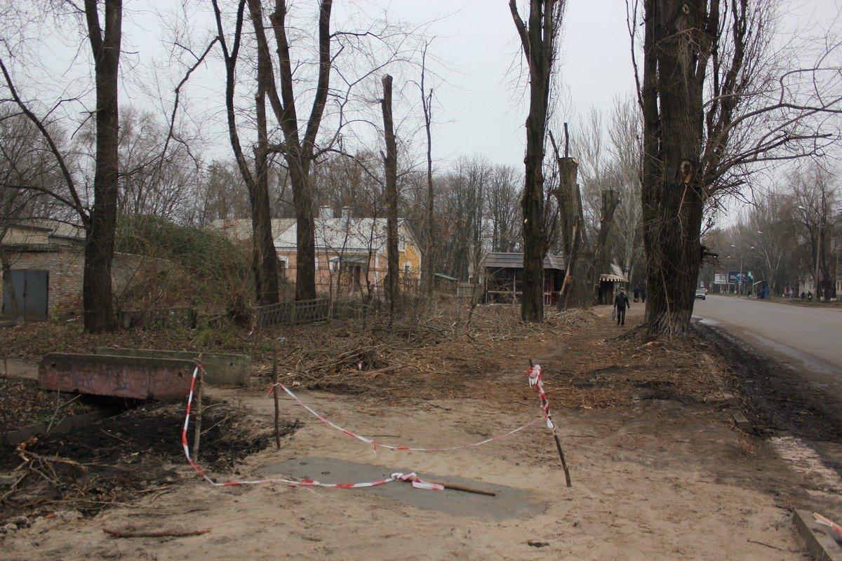 В районе ЖД вокзала провели частичную обрезку деревье