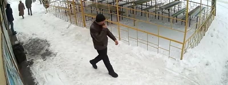 В Никополе мужчина ударил женщину по лицу и отобрал мобильный телефон