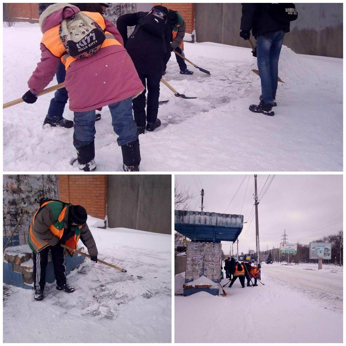 Дворники чистят остановки от снега