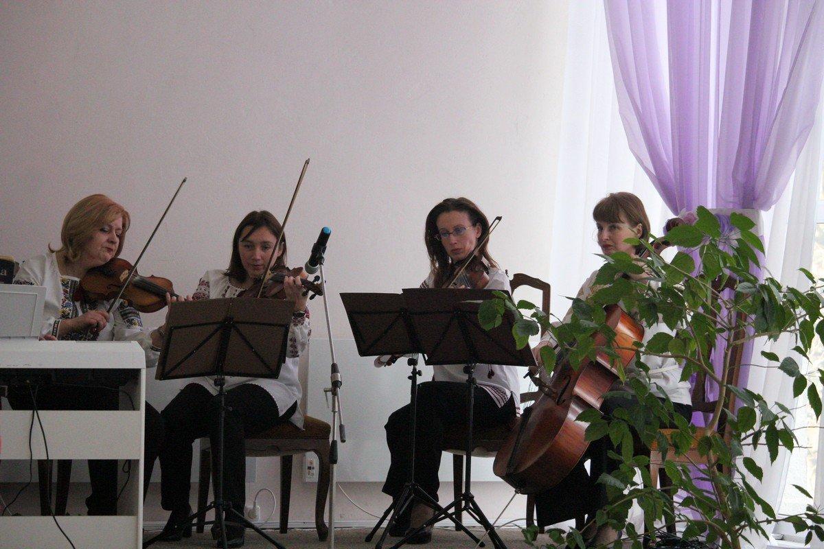Музыканты играли для молодых