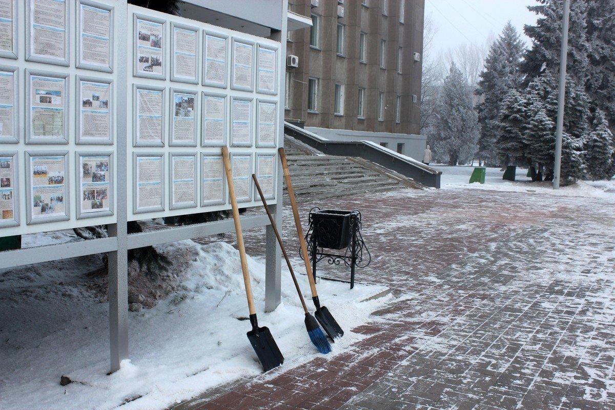 Пешеходную зону чистят лопатами и метут метлами