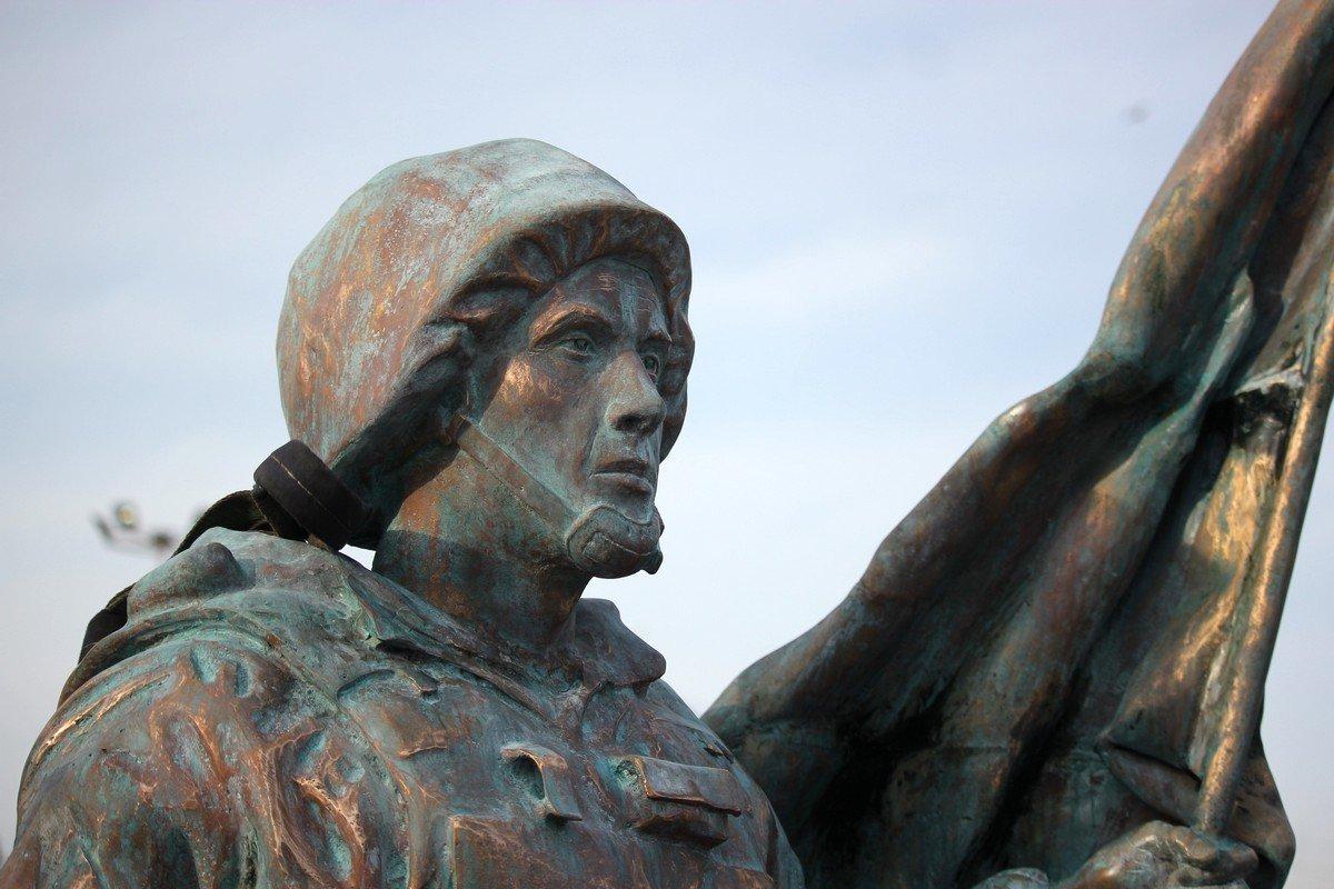 Инициаторами создания скульптуры выступила «Ассоциацияучастников боевых действий Никопольщины»