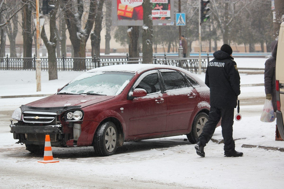 Автомобиль Chevrolet от удара развернуло на перекрестке