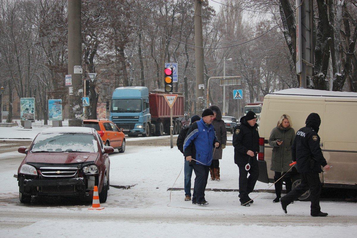 На месте аварии работают сотрудники патрульной полиции Никополя