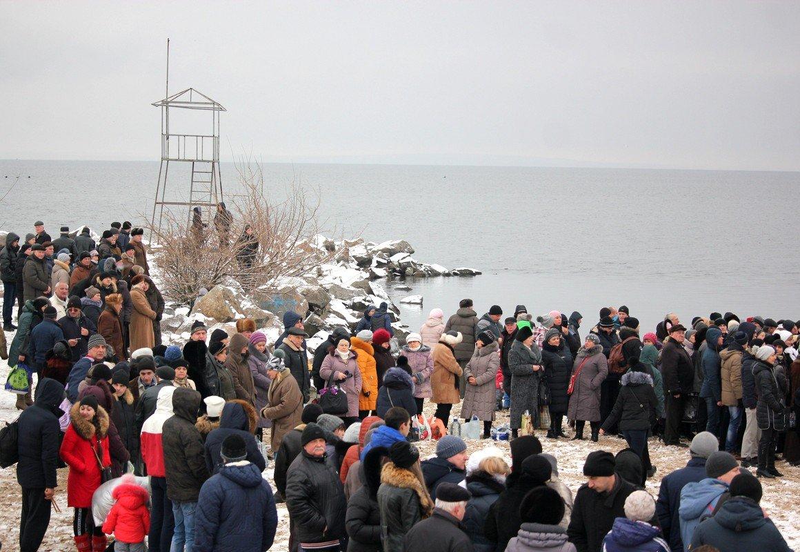 Центральный пляж Никополя собрал православных христиан
