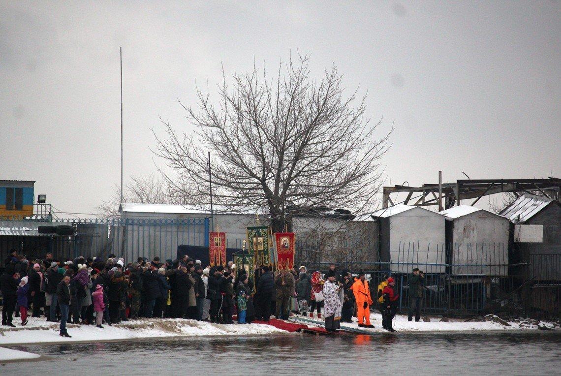 А на том берегу воду освящали представители Киевского УПЦ