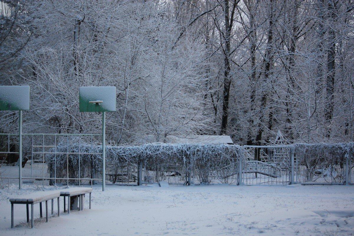 Спортивная площадка в снегу
