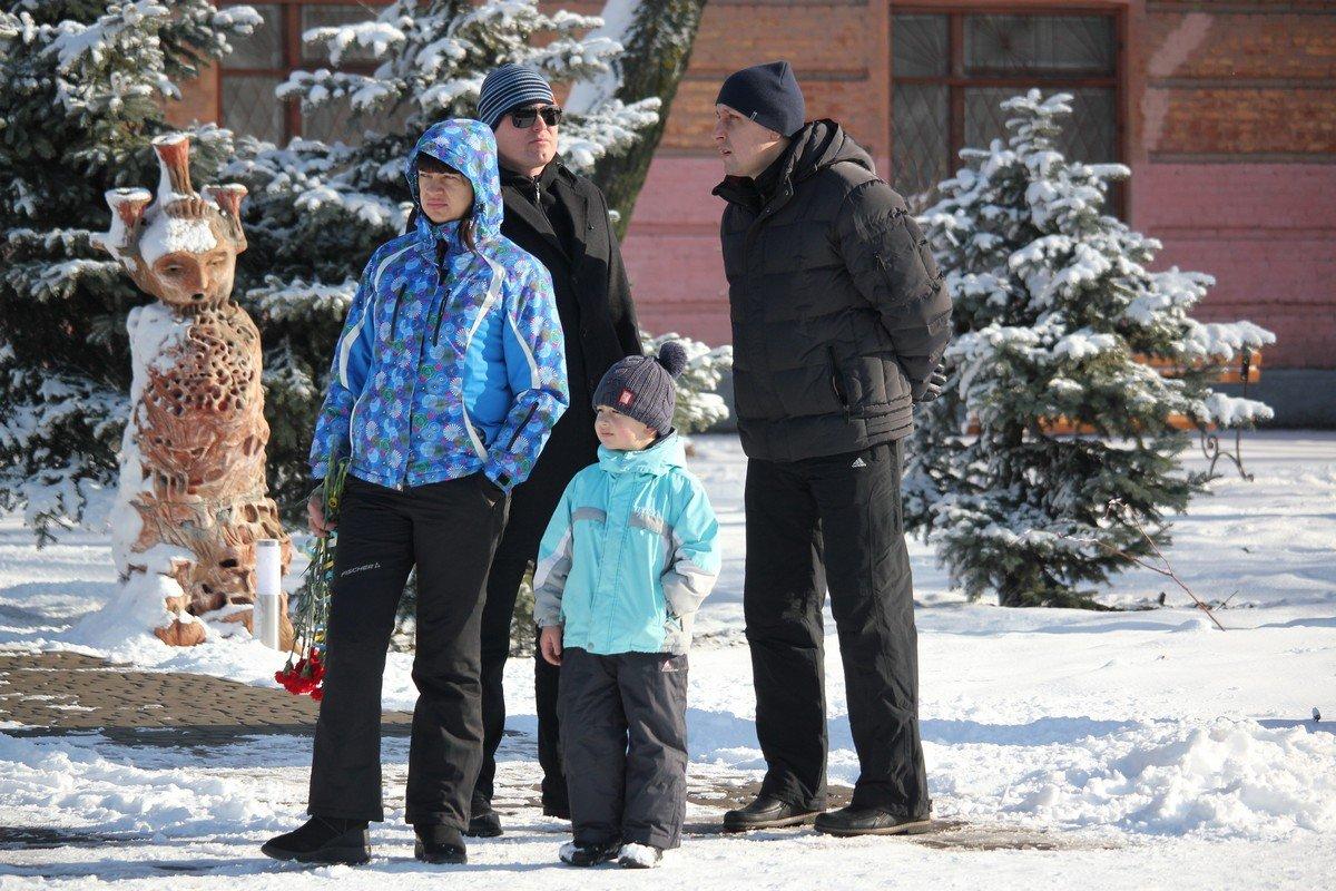 Почтить память героев пришли семьи с детьми