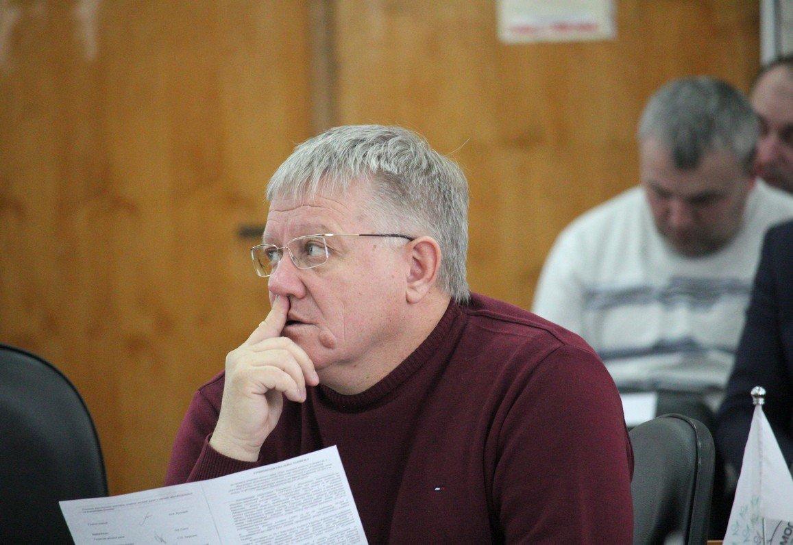 Задумчивый депутат Александр Рыбаков на недавней сессии