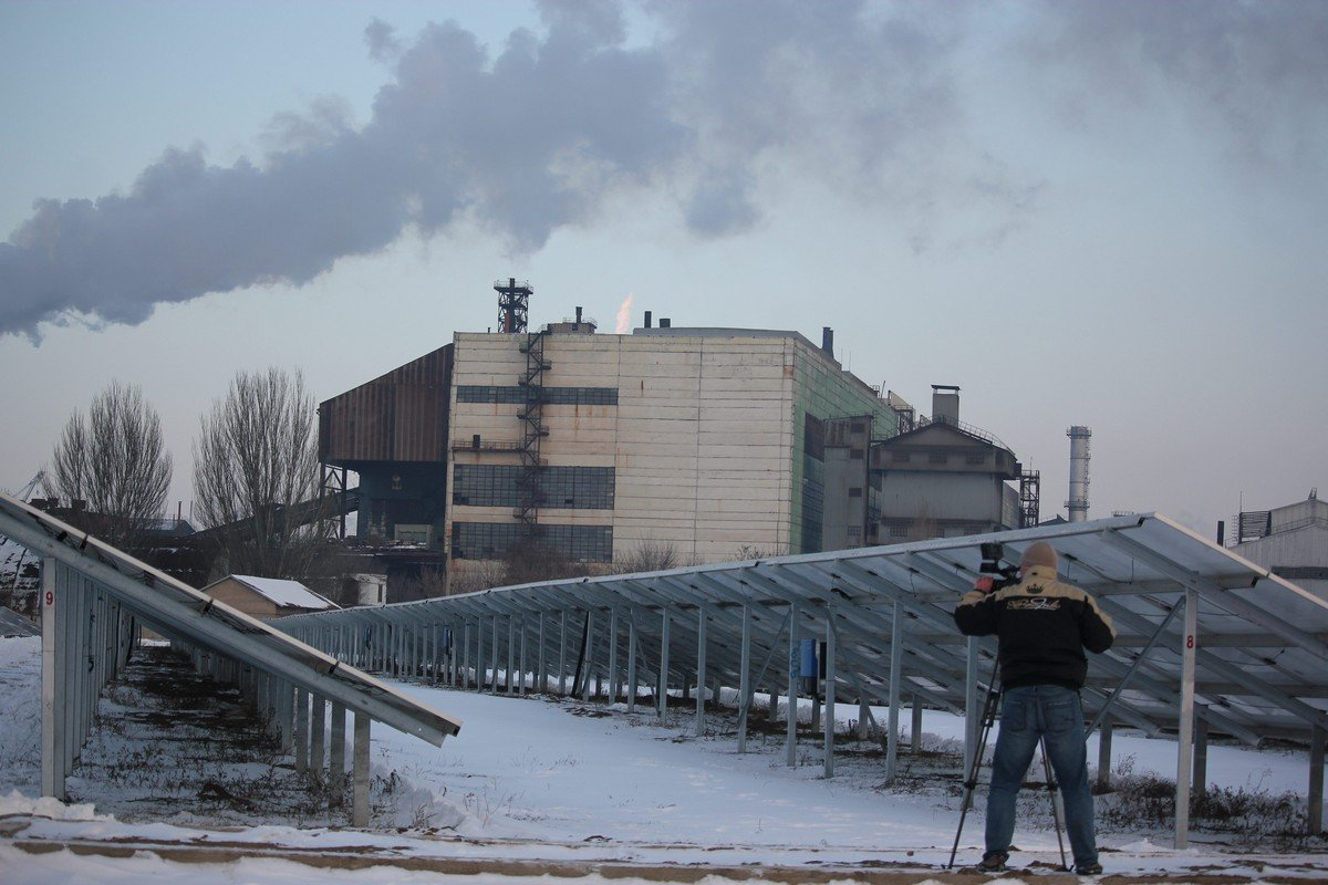 Солнечные батареи на фоне Ферросплавного завода