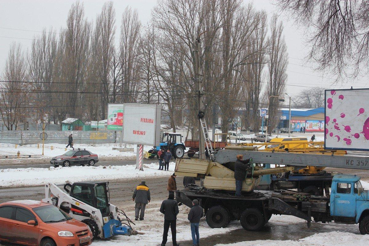 """Поврежденный столб линии электропередач демонтируют работники """"Горавтодор-1"""""""