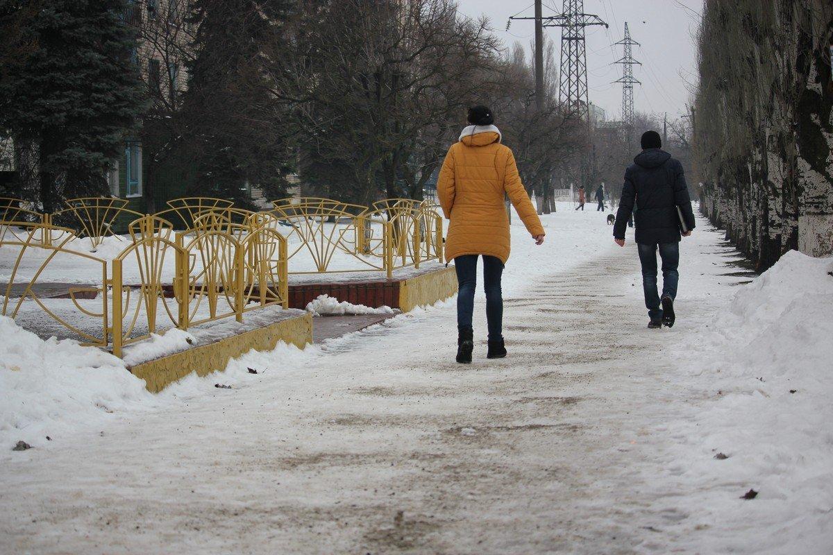 В Никополе посыпают тротуары только на центральных улицах