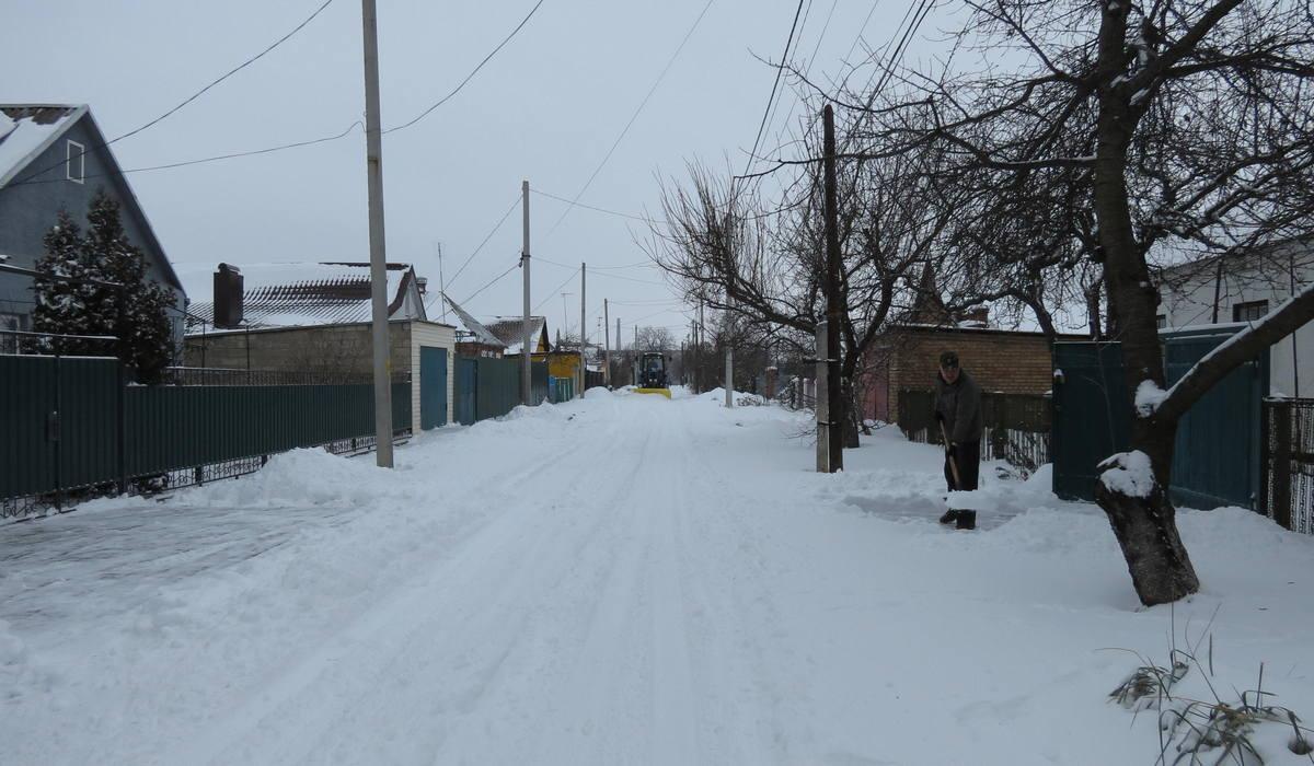 Трактор чистит улицу Полигонную