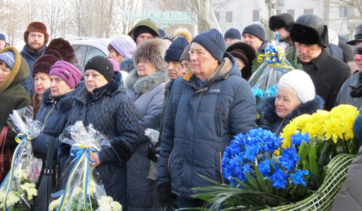 Около сотни горожан собрались близ памятного знака