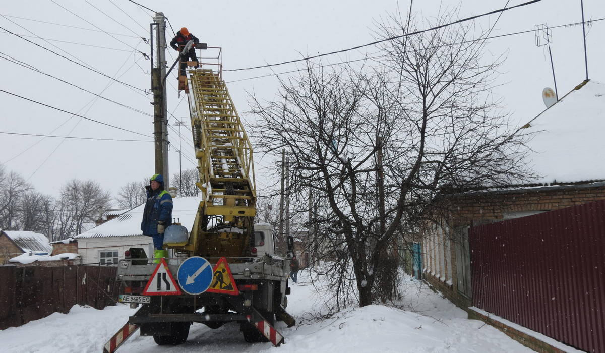 В старой части Никополя устанавливают новые линии электропередач